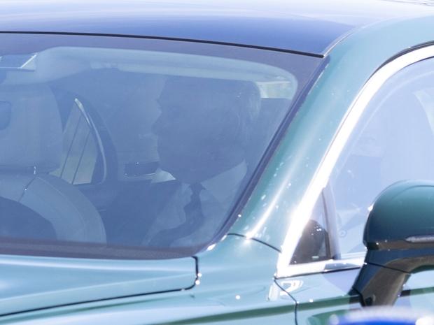 Các thành viên Hoàng gia Anh lần lượt xuất hiện tại nơi cử hành tang lễ Hoàng thân Philip, vợ chồng Công nương Kate không giấu nổi đau buồn - Ảnh 5.
