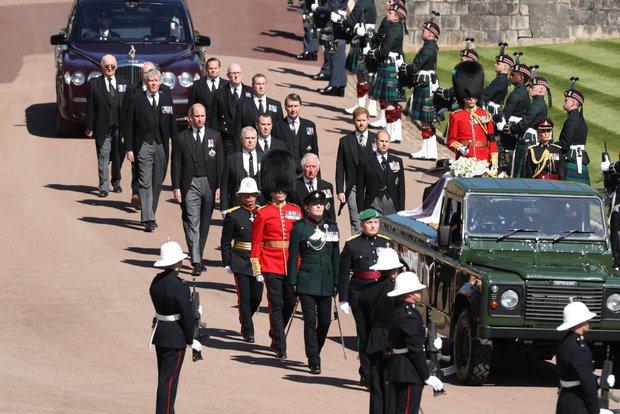 Sau mọi sóng gió, anh em Hoàng tử William - Harry lần đầu mặt đối mặt tại tang lễ ông nội, Công nương Kate cố tình lánh đi để họ được riêng tư - Ảnh 2.