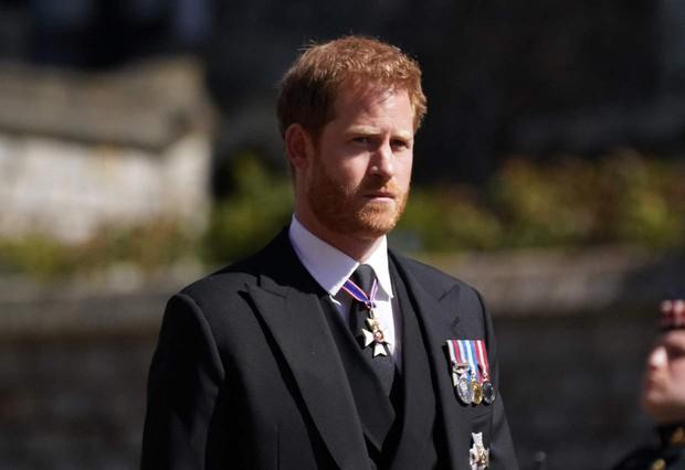 Sau mọi sóng gió, anh em Hoàng tử William - Harry lần đầu mặt đối mặt tại tang lễ ông nội, Công nương Kate cố tình lánh đi để họ được riêng tư - Ảnh 1.