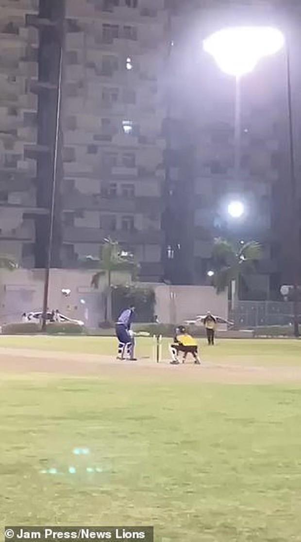 Cầu thủ cricket suýt tử vong vì lĩnh trọn pha đánh bóng với vận tốc 192 km/h của đồng nghiệp - Ảnh 2.