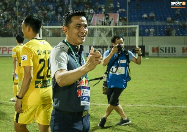 HLV Kiatisuk: Không ai biết, trời biết kết quả trận HAGL - Hà Nội FC - Ảnh 1.