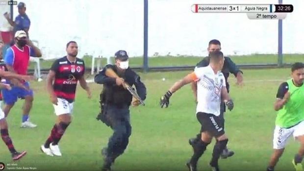 Hãi hùng: Cảnh sát dùng súng bắn vào chân cầu thủ - Ảnh 1.