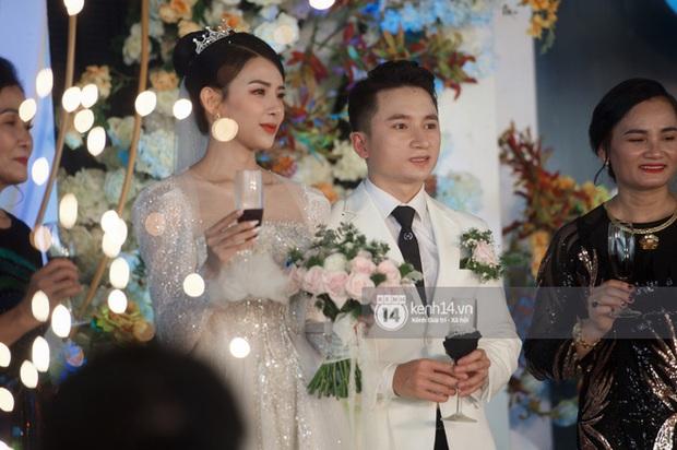 Đám cưới Phan Mạnh Quỳnh tại Nghệ An: Cô dâu đeo vàng siêu nhiều và tình tứ bên chú rể gây sốt, tiệc cưới khủng náo loạn cả làng quê! - Ảnh 9.