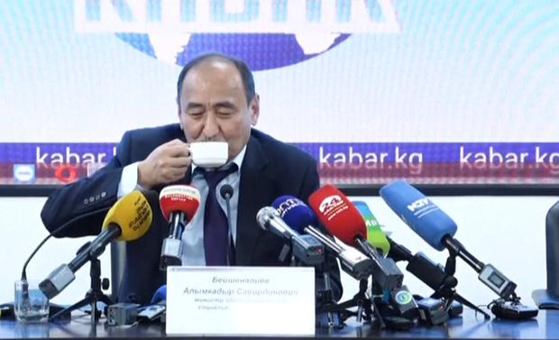 Tổng thống Kyrgyzstan quảng bá thảo dược chữa COVID-19 chứa chất có thể gây chết người - Ảnh 1.