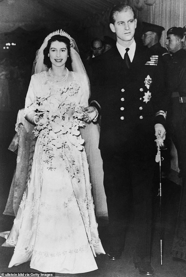 Bạn thân chỉ ra chi tiết đặc biệt trong bức ảnh xưa và nay của Hoàng tế Philip khiến mọi người càng thêm ngưỡng mộ ông - Ảnh 1.