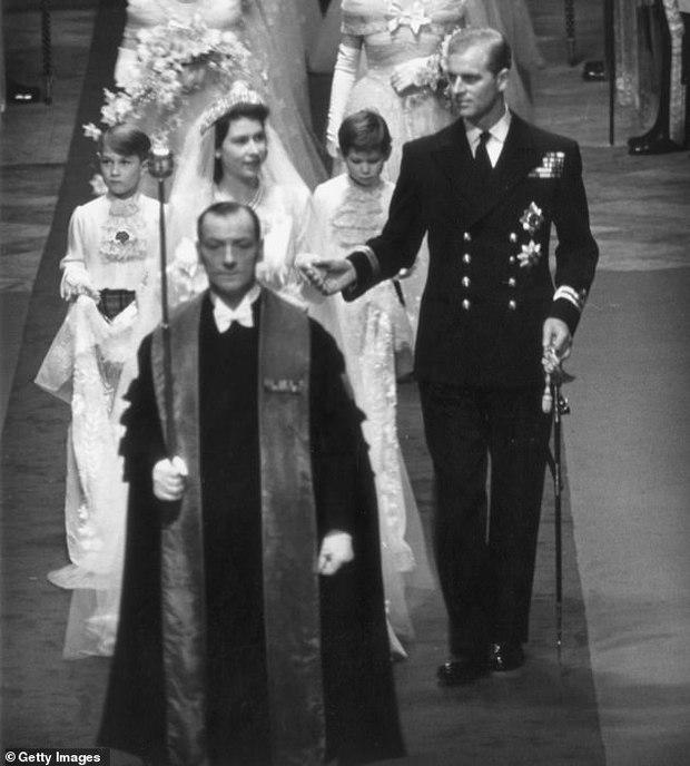 Bạn thân chỉ ra chi tiết đặc biệt trong bức ảnh xưa và nay của Hoàng tế Philip khiến mọi người càng thêm ngưỡng mộ ông - Ảnh 2.