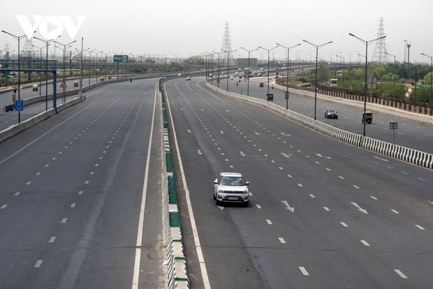 Thủ đô New Delhi vắng lặng trong ngày đầu giới nghiêm vì làn sóng COVID-19 thứ 2 - Ảnh 1.