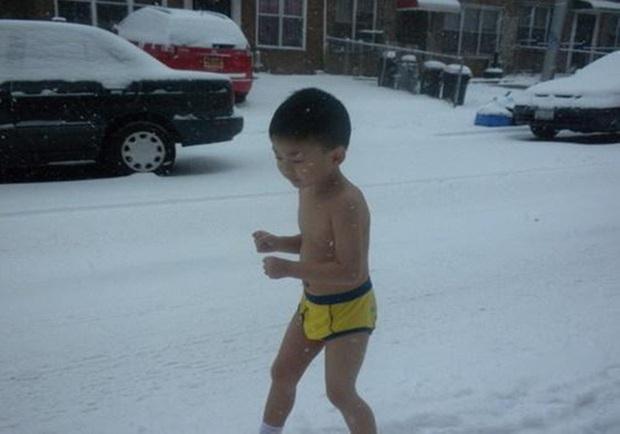 Cậu bé cởi trần chạy trong tuyết lạnh -13 độ C 9 năm trước lại gây sốc với thành tích khủng, tất cả là nhờ phương pháp giáo dục đại bàng đầy tranh cãi của người cha - Ảnh 3.