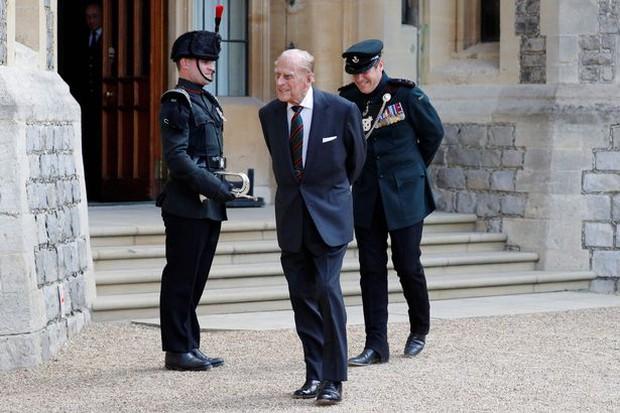 Bạn thân chỉ ra chi tiết đặc biệt trong bức ảnh xưa và nay của Hoàng tế Philip khiến mọi người càng thêm ngưỡng mộ ông - Ảnh 3.
