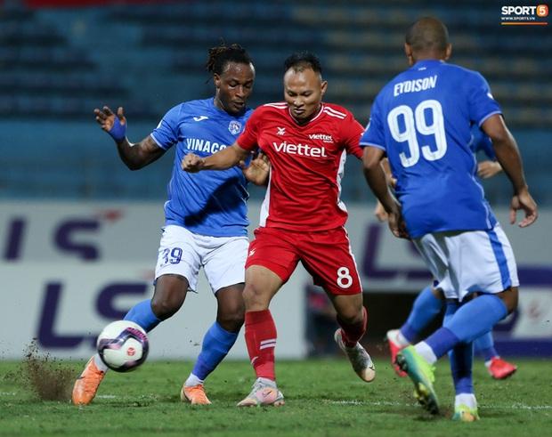 Bùi Tiến Dũng nổi cáu với đồng đội sau pha bóng khiến Viettel suýt thủng lưới - Ảnh 6.
