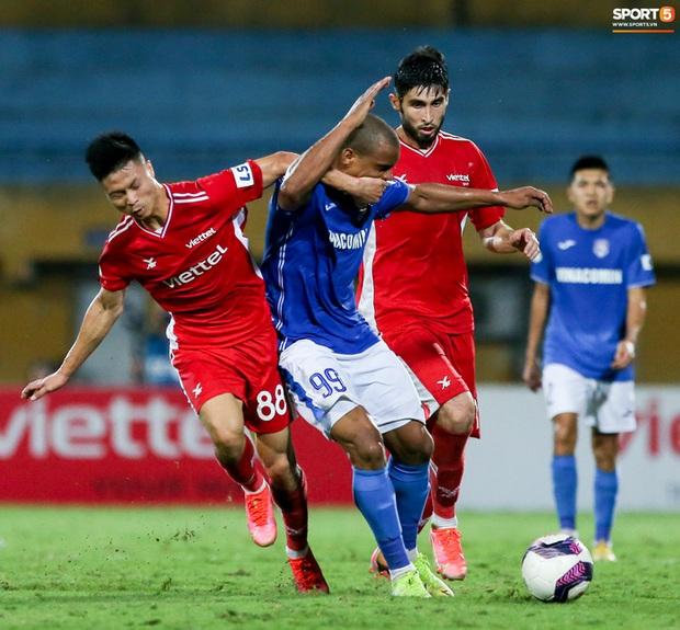 Bùi Tiến Dũng nổi cáu với đồng đội sau pha bóng khiến Viettel suýt thủng lưới - Ảnh 7.
