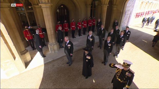 Sau mọi sóng gió, anh em Hoàng tử William - Harry lần đầu mặt đối mặt tại tang lễ ông nội, Công nương Kate cố tình lánh đi để họ được riêng tư - Ảnh 4.