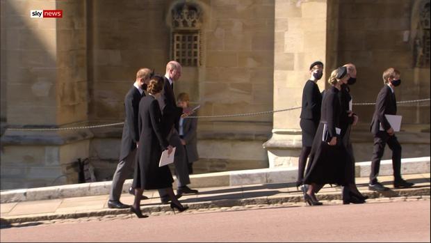 Sau mọi sóng gió, anh em Hoàng tử William - Harry lần đầu mặt đối mặt tại tang lễ ông nội, Công nương Kate cố tình lánh đi để họ được riêng tư - Ảnh 5.