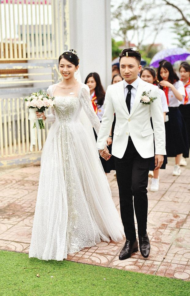 Cận cảnh váy cưới đính 10.000 viên pha lê bạc của hot girl Khánh Vy - vợ Phan Mạnh Quỳnh - Ảnh 4.