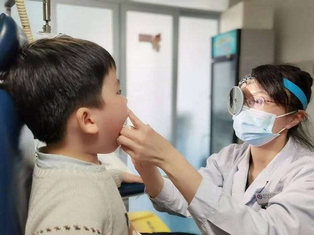 Bé trai 5 tuổi bị u nang dây thanh quản, bố mẹ nên cẩn trọng với thói quen khóc hoặc la hét của con - Ảnh 1.