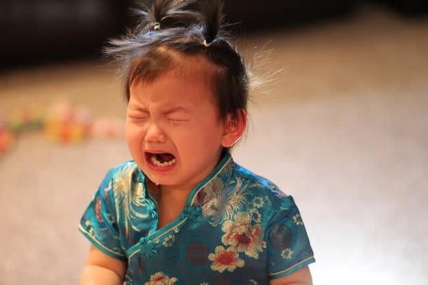 Bé trai 5 tuổi bị u nang dây thanh quản, bố mẹ nên cẩn trọng với thói quen khóc hoặc la hét của con - Ảnh 2.