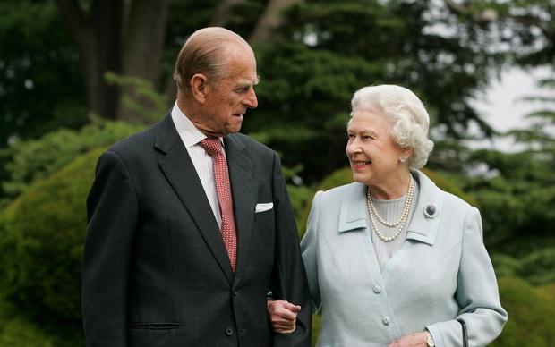 Hé lộ chi tiết ngọt ngào trong bức thư Nữ hoàng tự tay viết đặt trên linh cữu Hoàng thân Philip cùng kỷ vật đặc biệt bà giữ trong túi suốt tang lễ - Ảnh 6.