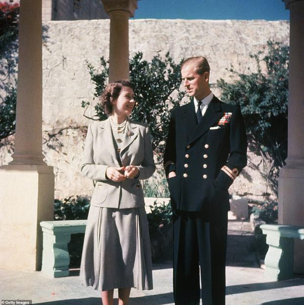 Hé lộ chi tiết ngọt ngào trong bức thư Nữ hoàng tự tay viết đặt trên linh cữu Hoàng thân Philip cùng kỷ vật đặc biệt bà giữ trong túi suốt tang lễ - Ảnh 4.