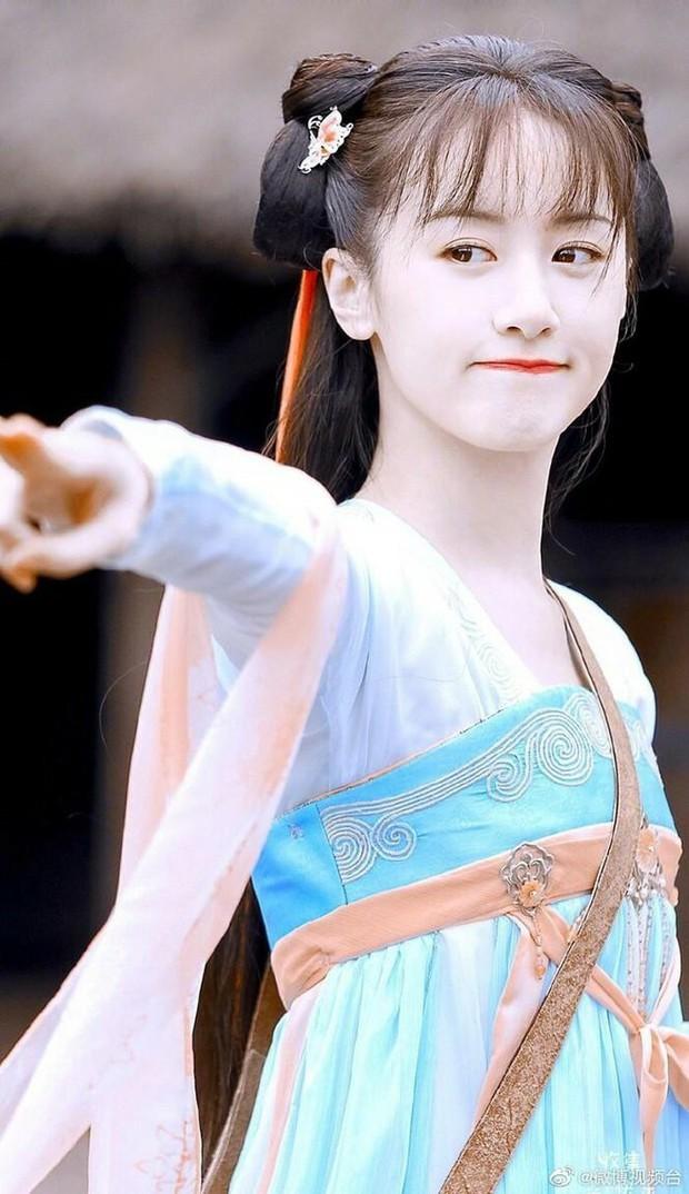 Bản sao Triệu Lệ Dĩnh bị trang tin hàng đầu công khai cà khịa, còn bị so nhan sắc với diễn viên đóng thế - Ảnh 1.