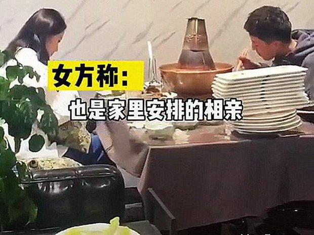 Bị gia đình ép đi xem mắt, đàng trai ăn liền 30 đĩa thịt còn bắt đàng gái thanh toán khiến cô câm nín - Ảnh 2.