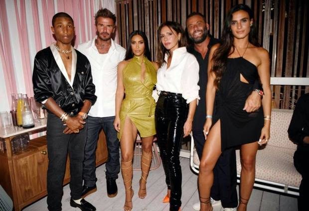 Kim Kardashian dự tiệc sinh nhật Victoria Beckham mà như... nhân vật chính: Đứng center, bốc lửa át luôn bà mẹ 4 con - Ảnh 2.