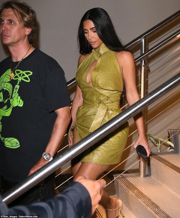 Kim Kardashian dự tiệc sinh nhật Victoria Beckham mà như... nhân vật chính: Đứng center, bốc lửa át luôn bà mẹ 4 con - Ảnh 4.