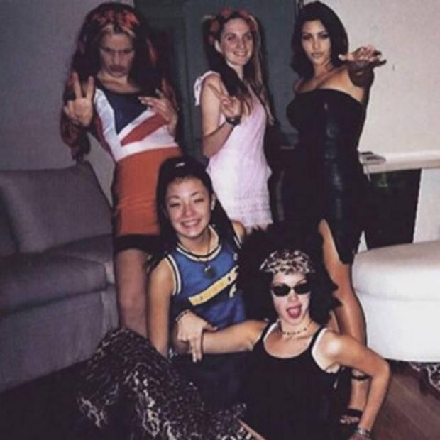Kim Kardashian dự tiệc sinh nhật Victoria Beckham mà như... nhân vật chính: Đứng center, bốc lửa át luôn bà mẹ 4 con - Ảnh 7.