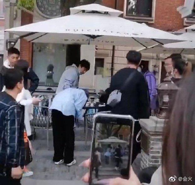 Paparazzi ghi lại cảnh Dương Mịch cúi gập người 90 độ xin lỗi đạo diễn, lý do đằng sau gây tranh cãi - Ảnh 3.