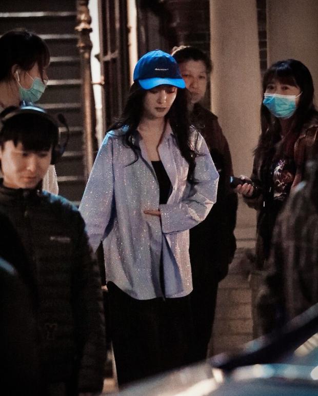 Paparazzi ghi lại cảnh Dương Mịch cúi gập người 90 độ xin lỗi đạo diễn, lý do đằng sau gây tranh cãi - Ảnh 4.