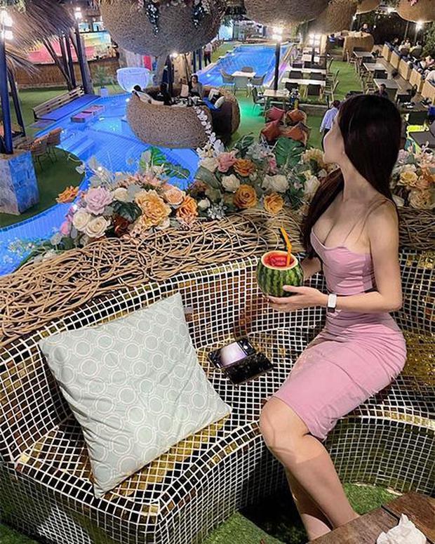 """Chăm khoe body bốc lửa, bạn gái Đặng Văn Lâm vướng nghi án """"dao kéo"""" với vòng 1 chực trào ra ngoài - Ảnh 6."""