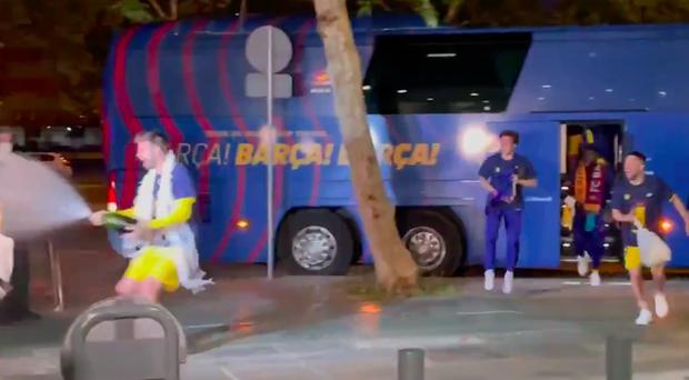 Vô địch Cúp Nhà vua Tây Ban Nha, bạn trai Shakira cắt trụi mành lưới mang về làm kỷ niệm, phun sâm-panh vào những chiếc máy quay tiền tỉ khiến phóng viên bỏ chạy tán loạn - Ảnh 1.