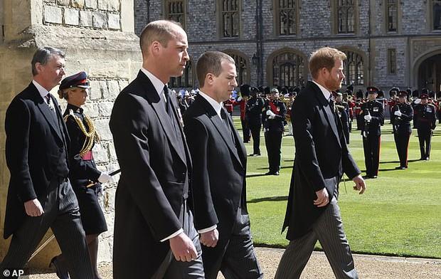 Rò rỉ thông tin Hoàng tử William yêu cầu anh họ đi giữa mình và em trai Harry, không có dấu hiệu tích cực cho mối quan hệ của 2 anh em? - Ảnh 1.