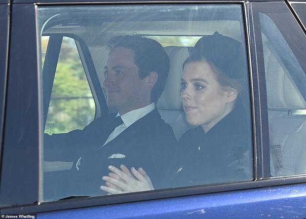 Khoảnh khắc vợ chồng Công chúa Beatrice nở nụ cười khi đến dự đám tang Hoàng tế Philip gây chú ý, hành động sau đó xua đi tất cả ngờ vực - Ảnh 1.