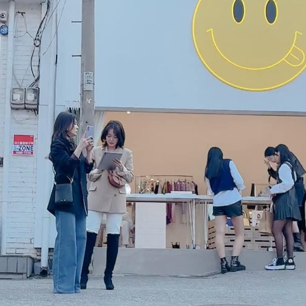 Song Hye Kyo lại khiến antifan phải á khẩu khi mẫu túi cô đeo vừa đeo lại cháy hàng trong 1 nốt nhạc - Ảnh 1.