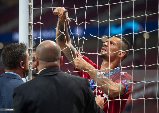 Vô địch Cúp Nhà vua Tây Ban Nha, bạn trai Shakira cắt trụi mành lưới mang về làm kỷ niệm, phun sâm-panh vào những chiếc máy quay tiền tỉ khiến phóng viên bỏ chạy tán loạn - Ảnh 10.