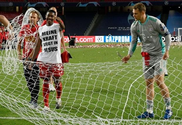 Vô địch Cúp Nhà vua Tây Ban Nha, bạn trai Shakira cắt trụi mành lưới mang về làm kỷ niệm, phun sâm-panh vào những chiếc máy quay tiền tỉ khiến phóng viên bỏ chạy tán loạn - Ảnh 11.