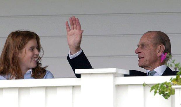Khoảnh khắc vợ chồng Công chúa Beatrice nở nụ cười khi đến dự đám tang Hoàng tế Philip gây chú ý, hành động sau đó xua đi tất cả ngờ vực - Ảnh 7.