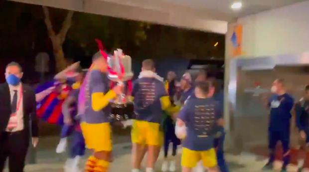 Vô địch Cúp Nhà vua Tây Ban Nha, bạn trai Shakira cắt trụi mành lưới mang về làm kỷ niệm, phun sâm-panh vào những chiếc máy quay tiền tỉ khiến phóng viên bỏ chạy tán loạn - Ảnh 2.