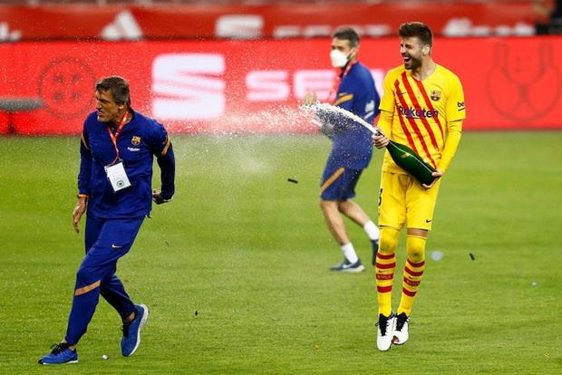 Vô địch Cúp Nhà vua Tây Ban Nha, bạn trai Shakira cắt trụi mành lưới mang về làm kỷ niệm, phun sâm-panh vào những chiếc máy quay tiền tỉ khiến phóng viên bỏ chạy tán loạn - Ảnh 3.