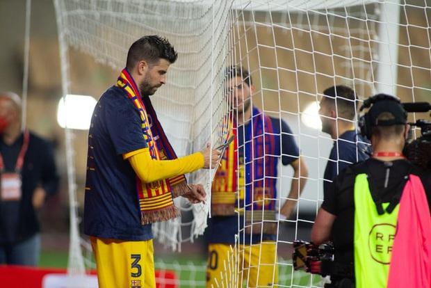 Vô địch Cúp Nhà vua Tây Ban Nha, bạn trai Shakira cắt trụi mành lưới mang về làm kỷ niệm, phun sâm-panh vào những chiếc máy quay tiền tỉ khiến phóng viên bỏ chạy tán loạn - Ảnh 4.