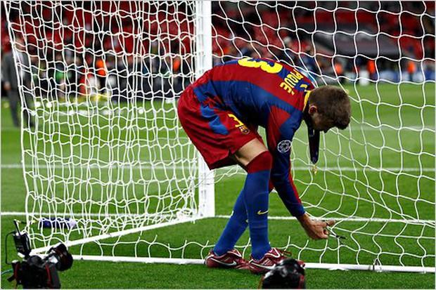 Vô địch Cúp Nhà vua Tây Ban Nha, bạn trai Shakira cắt trụi mành lưới mang về làm kỷ niệm, phun sâm-panh vào những chiếc máy quay tiền tỉ khiến phóng viên bỏ chạy tán loạn - Ảnh 5.