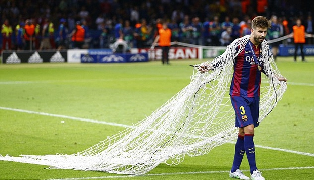 Vô địch Cúp Nhà vua Tây Ban Nha, bạn trai Shakira cắt trụi mành lưới mang về làm kỷ niệm, phun sâm-panh vào những chiếc máy quay tiền tỉ khiến phóng viên bỏ chạy tán loạn - Ảnh 7.