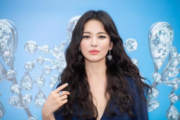 Song Hye Kyo lại khiến antifan phải á khẩu khi mẫu túi cô đeo vừa đeo lại cháy hàng trong 1 nốt nhạc - Ảnh 5.