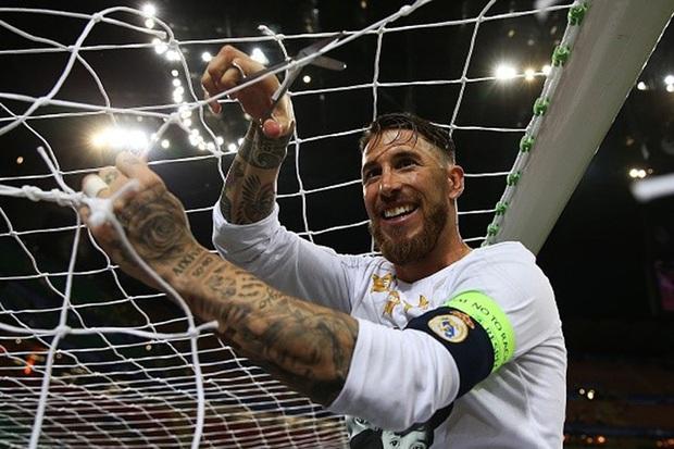 Vô địch Cúp Nhà vua Tây Ban Nha, bạn trai Shakira cắt trụi mành lưới mang về làm kỷ niệm, phun sâm-panh vào những chiếc máy quay tiền tỉ khiến phóng viên bỏ chạy tán loạn - Ảnh 9.
