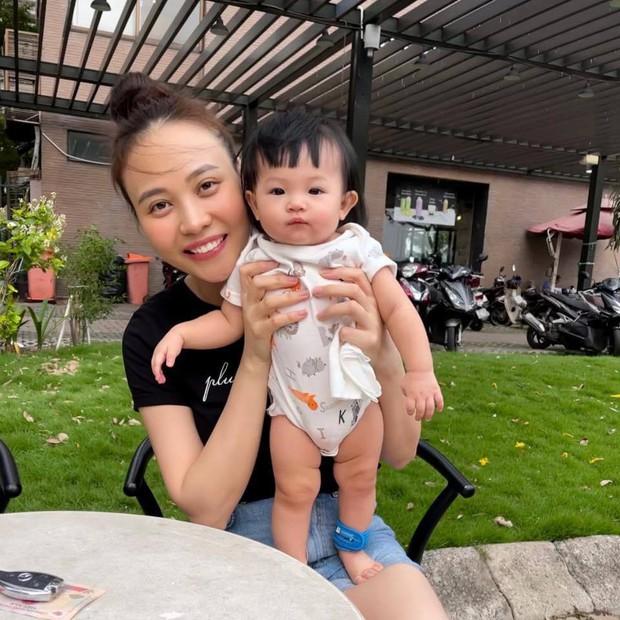 Đàm Thu Trang cười tươi roi rói nhưng biểu cảm thanh niên nghiêm túc của con gái Suchin mới chiếm sóng tất cả - Ảnh 3.