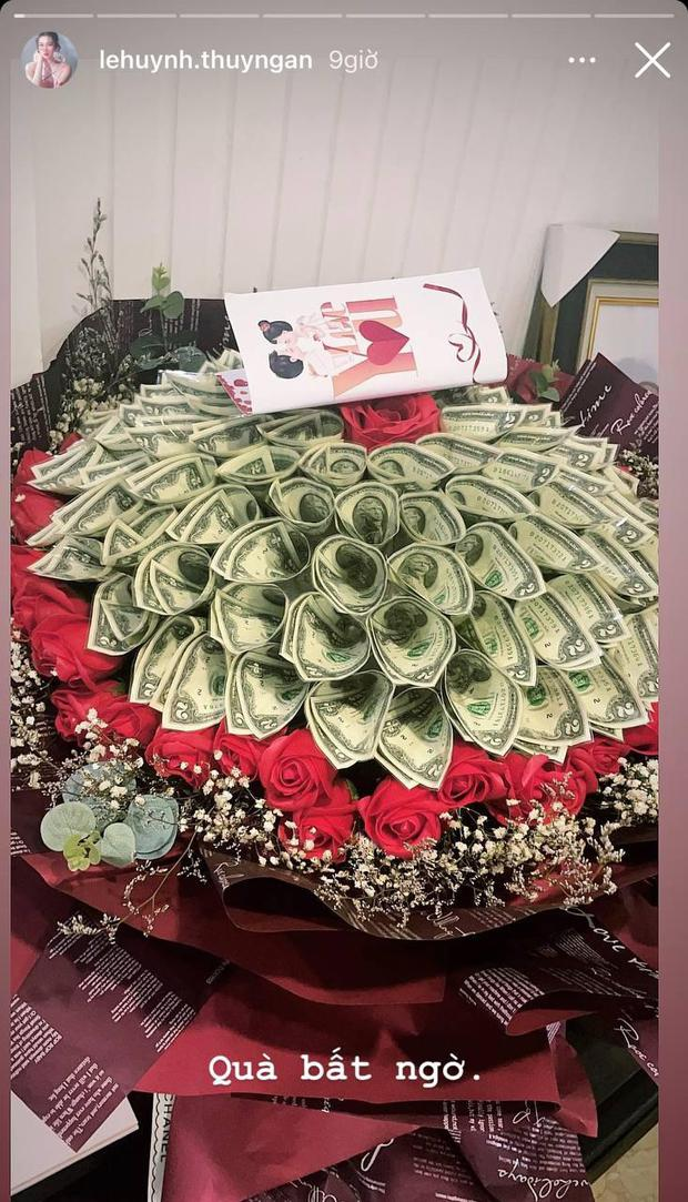 """Thuý Ngân diện giày đôi và khoe được tặng bó hoa toàn tiền đô kèm lời nhắn đặc biệt, đã """"chốt đơn"""" Trương Thế Vinh? - Ảnh 2."""