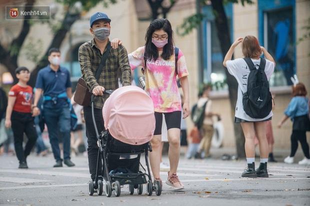 Ảnh: Cuối tuần đẹp trời, phố đi bộ hồ Gươm đông nghẹt người dạo bộ - Ảnh 3.