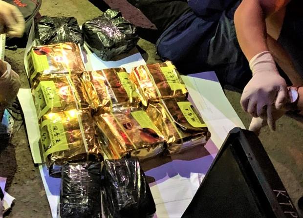 Bắt đối tượng đang vận chuyển 11kg ma túy tổng hợp - Ảnh 2.