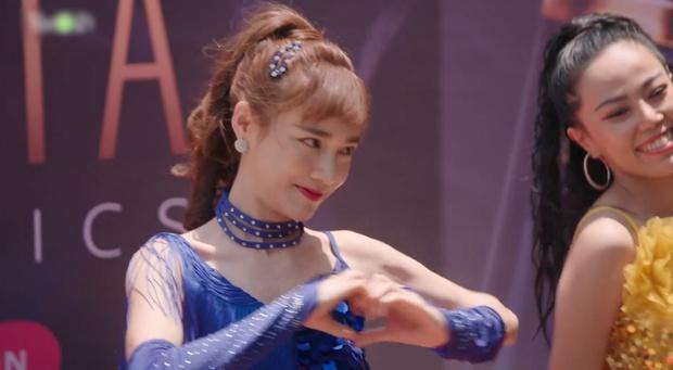 Nhã Phương ăn mặc sexy, nhảy múa khêu gợi giữa phố ở Cây Táo Nở Hoa tập 7 - Ảnh 1.