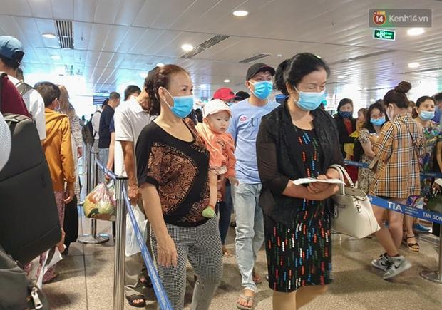 """Trong 1h có 2.400 hành khách kiểm tra an ninh, sân bay Tân Sơn Nhất """"bất lực"""" vì vượt quá năng lực khai thác - Ảnh 3."""